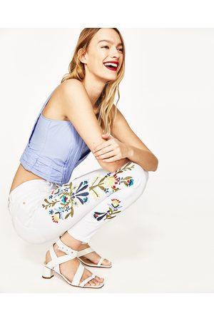 Dames Jeans - Zara JEANS MET HALFHOGE TAILLE EN GEBORDUURDE BLOEMEN OPZIJ