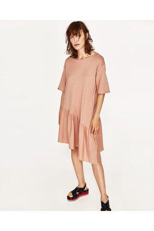Dames Asymmetrische jurken - Zara JURK MET ASYMMETRISCHE VOLANT - In meer kleuren beschikbaar