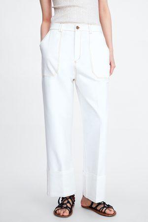 Zara Broek met contrasterende sierstiksels