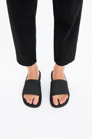 Zara Platte sandalen met elastiek en reliëf