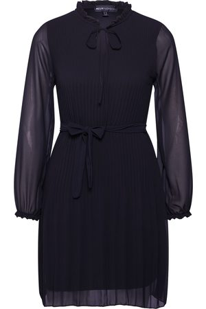 Mela Jurk 'LONG SLEEVE PLEATED BELTED DRESS