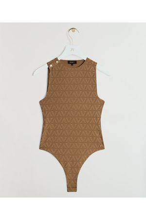 JOSH V NL - BE Dames Bodysuit - Touch of brown tones! De JV Milo body in de kleur Camel is gemaakt van gerecycled polyester en bevat stretch. Het all-over V-patroon en de goudkleurige JOSH V branded knoopjes op de schouder zijn de finishing touch van de b